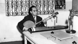 Giáo sư Tiến sĩ Trần Văn Khê tại phòng thu của BBC với loạt bài giới thiệu về nhạc cổ truyền Việt Nam