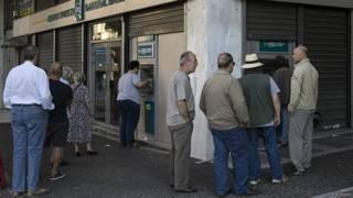 Người xếp hàng vào ngân hàng Hy Lạp