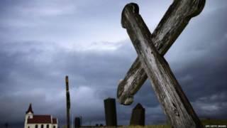 Крест на фоне церкви