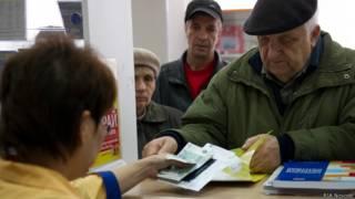 Пенсионер в отделении Почты России