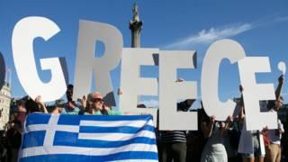 Демонстранты с флагом Греции