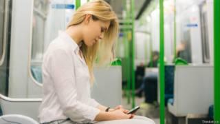Девушка с телефоном в метро