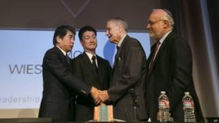 岡本幸夫(左一)與木村光(左二)向詹姆士·墨菲(右二)道歉(19/7/2015)