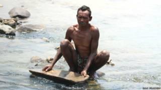 झारखंड की नदियों की रेत से सोना चुनता ग्रामीण