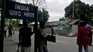 भारत बांग्लादेश सीमा पर लगा बोर्ड