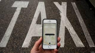 Парковка такси и рука с телефоном