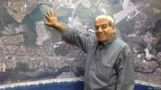Carlos Carvalho mostra terrenos (Foto: BBC Brasil)