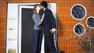 Молодая пара прощается у дверей