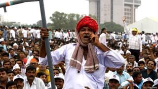 अहमदाबाद में मंगलवार को हुई पटेल समुदाय की रैली में शामिल एक व्यक्ति.