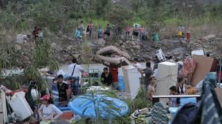 Colombianos cruzando río Táchira