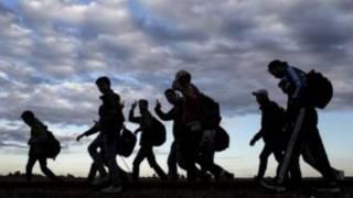 Мигранты, идущие по Европе