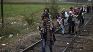 Wahamiaji watembea kwa miguu kuondoka Hungary
