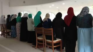 Mulheres rezando na mesquita do Pari Foto: Camilla Costa | BBC Brasil