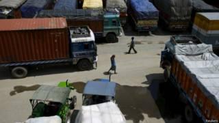 नेपाल सीमा पर अटके ट्रक