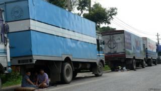 नेपाल में फंसे ट्रक