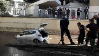يرفعون سيارة غرقت تحت نفق