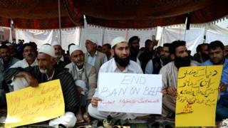 बीफ की बिक्री पर प्रतिबंध के खिलाफ श्रीनगर में प्रदर्शन करते लोग.
