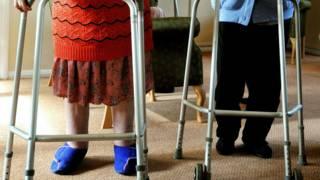 Пожилые люди с ходунками