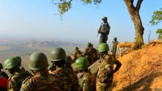 कैमरून के सैनिक बोको हराम के चरमपंथियों से जूझते रहे हैं.