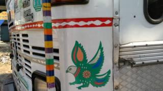 बनारस, ट्रक पर तोता-मैना का स्टिकर