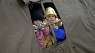 स्लोवेनिया के एक कैंप में बच्चे.