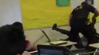 Hình ảnh video cho thấy cảnh viên ảnh sát quăng nữ sinh văng ngang lớp học