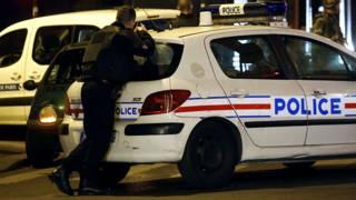 पेरिस में मोर्चा संभाले एक सुरक्षाकर्मी.