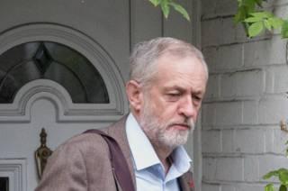 Лидер Лейбористской партии Джереми Корбин выходит из своего дома (фото 1 ноября)