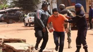 Con tin được giải cứu thoát ra khỏi khách sạn tại Mali