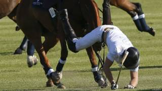 Принц Гарри падает с лошади