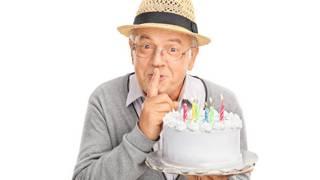 Пожилой мужчина с тортиком