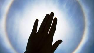 Рука, пытающаяся заслонить солнце