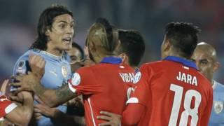 Jugadores de Chile y Uruguay durante un juego de las eliminatorias al Mundial Rusia 2018