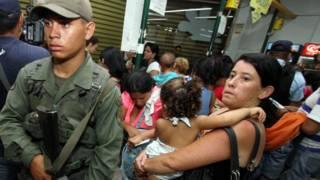 Fila en supermercado en Venezuela