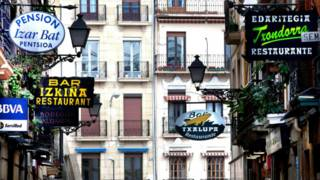 Una calle de San Sebastián con sus muchos restaurantes