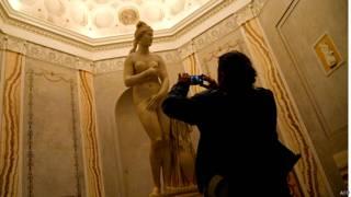 म्यूज़ियम में मूर्ति