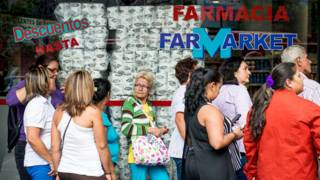 Fila ante una tienda en Venezuela