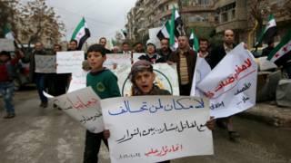 د حلب ځینو اوسېدونکو د بندیانو خوشي کېدو او پر ځینو سیمو د کلابندۍ پای ته رسېدو غوښتنه وکړه.