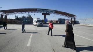 سوريون عند معبر  أونجو بينار التركي على الحدود التركية السورية في مدينة كيليس الجنوبية الشرقية في 9 فبراير / شباط 2016