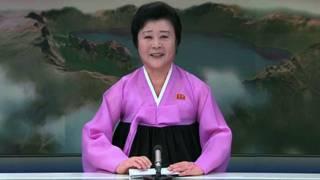 Ri Chun-hee se viste generalmente de rosa para presentar las noticias en Corea del Norte.