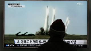 رجل يشاهد إطلاق صاروخ