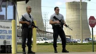 Dos agentes de seguridad frente a una central