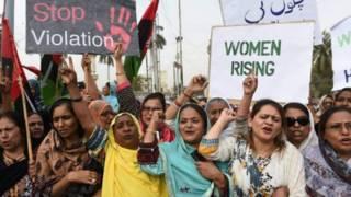 پاکستاني مېرمنې د ښځو پروړاندې د تاوتریخوالي مبارزه کوي