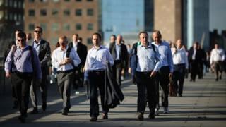 Работники Сити идут по Лондонском мосту