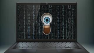 Un ojo mira por una laptop