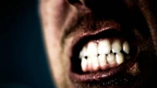 Una persona apretando los dientes en medio de un gran esfuerzo