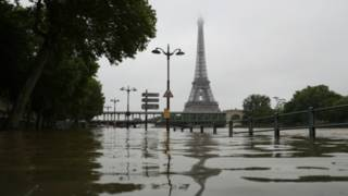 الأمطار الغزيرة تسببت في غلق متحف اللوفر ووقف خدمة بعض القطارات في باريس