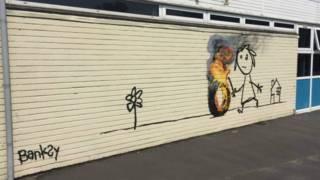 El mural de Banksy apració en una de las paredes de una escuela de Bristol.