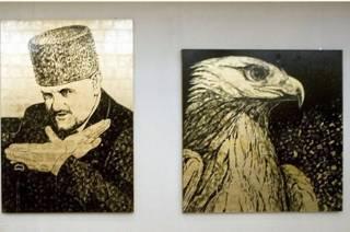 Портрет Ахмата Кадырова и картина, изображающая орла, в художественной галерее в Грозном