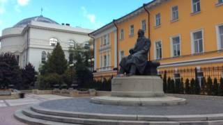 Памятник Михаилу Грушевскому в центре Киева расположен возле университета, Дома учителя, где была Центральная рада, и президиума Академии наук